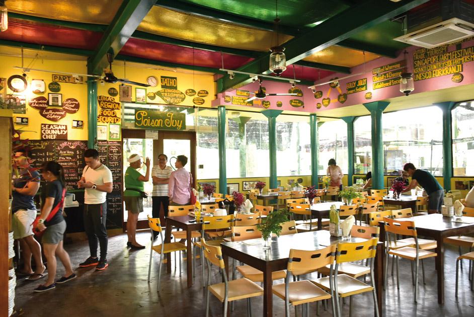 カラフルな店内の壁に は Ivy さ ん と Bollywood Veggie の歴史が。お客さ んに気さくに話しかけに いく Ivy さん(写真中央、 緑のシャツ)
