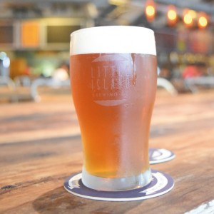「A Whiter Shade Of Pale Ale」 (S$10/ グラス)以外にも6 種 類のクラフトビールを揃える
