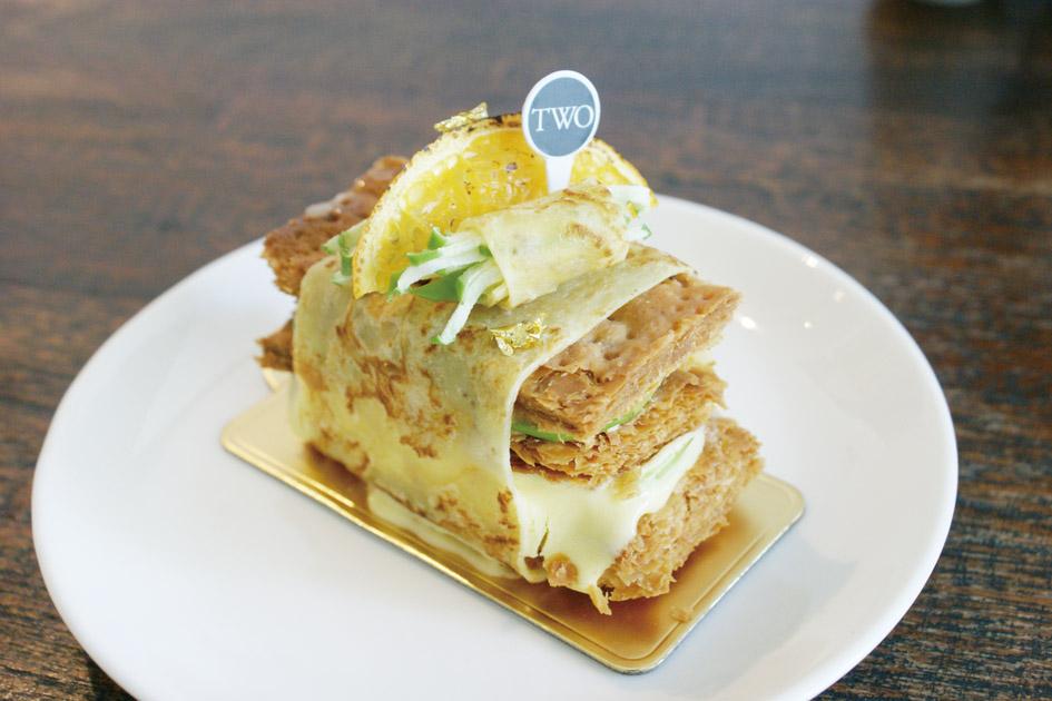 パイにオレンジクリームを 挟み、オレンジ風味のクレー プで巻いた「Crispy Duck」 (S$8.50)。スイーツは3 カ 月ごとに新作が登場、季節 により品揃えが異なる