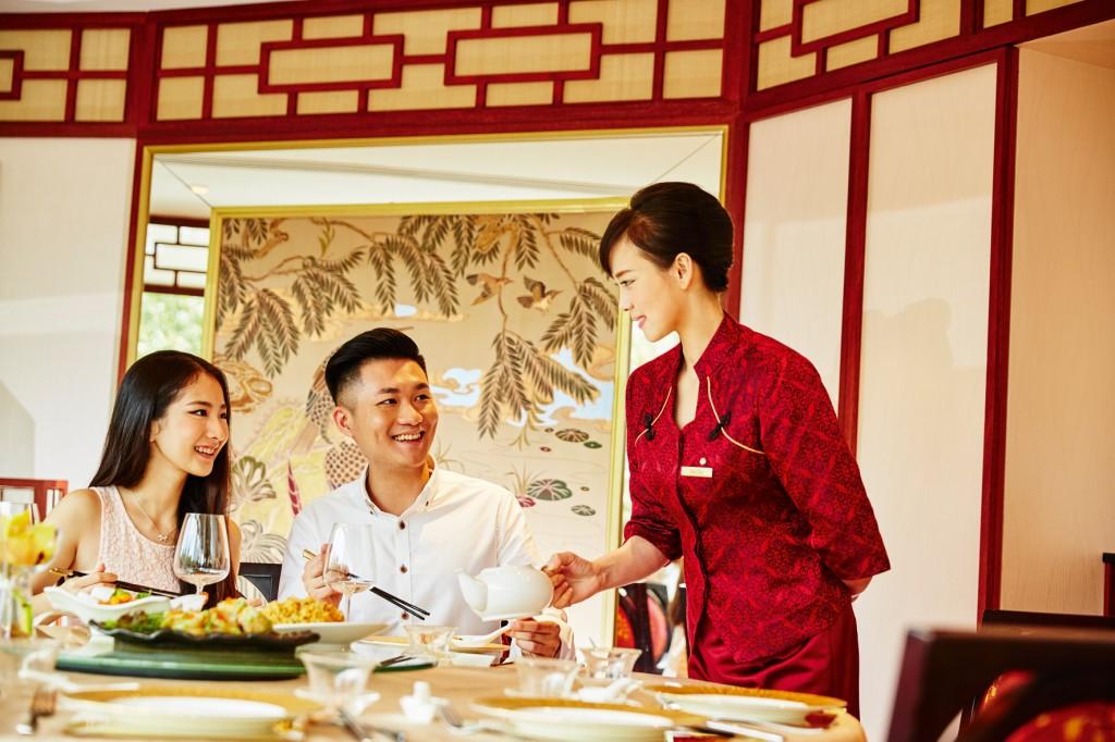 ホテル5 階に位置する「Peach Blossoms」にて、心地良いおもてなしと料理を心ゆくまで楽しむ