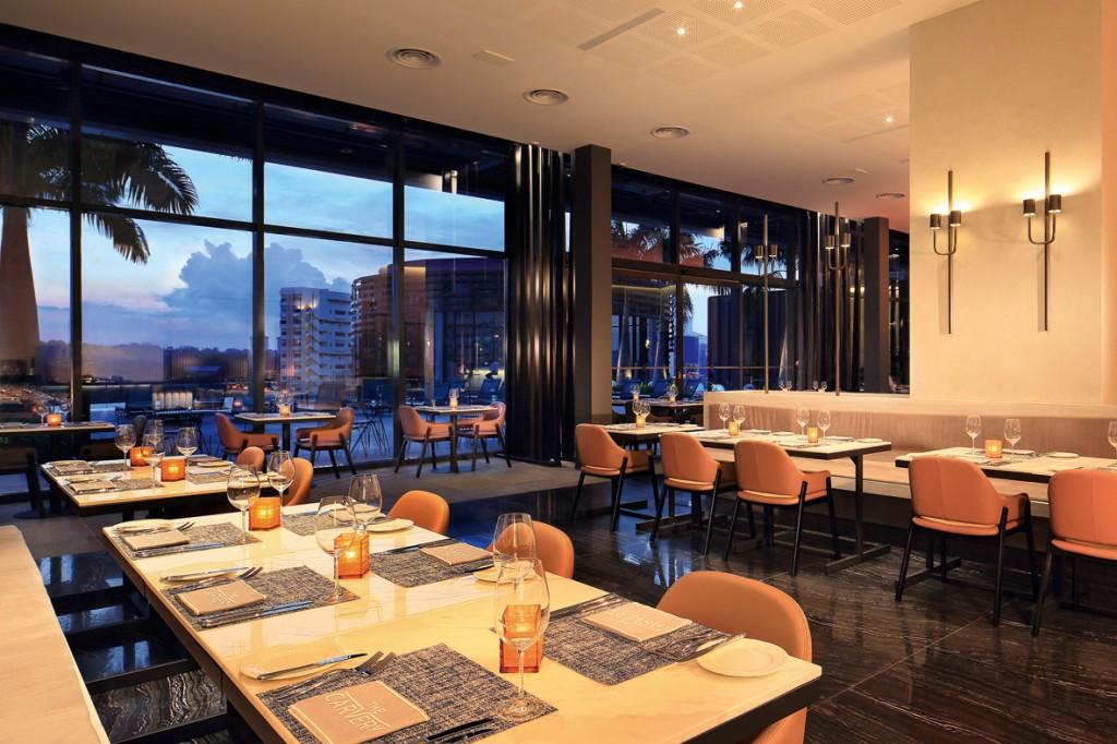 トワイライトタイムには、7 階のレストラン横のプールサイド越しにサンセットが望める