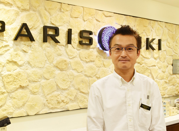 シンガポールの厳しい 紫外線から目を守って くれるサングラスも多数 取扱っています。是非 お立ち寄りください。(ストアーマネージャーの菊地英明さん)
