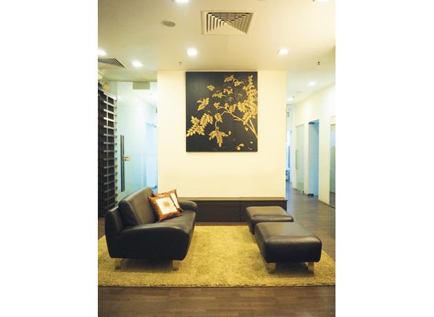 リラックスして診療に望める、落ち着いた雰囲気の待合室
