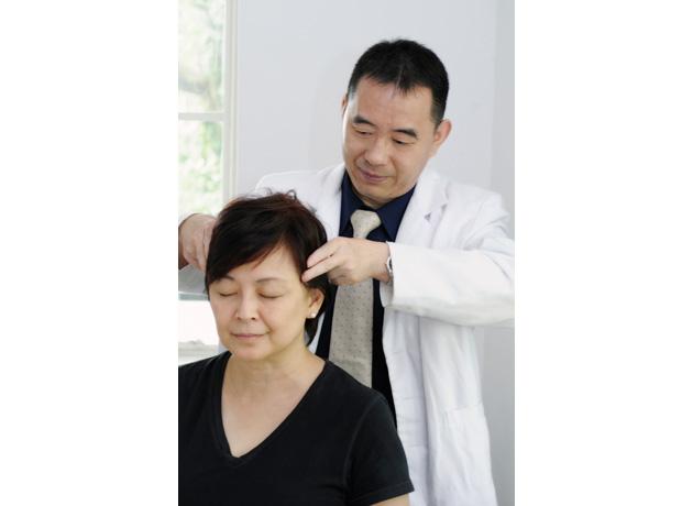 ウー医師は30年以上の気功治療の経験を持つ