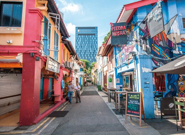 アート作品のような外観のお店もハジレーン名物で、写真撮影する観光客も多い