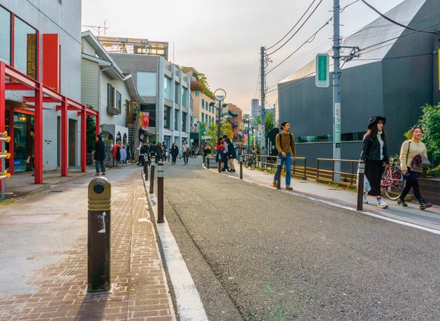 古着屋やカフェなど路地散策が楽しいのも共通する、裏原宿のキャットストリート