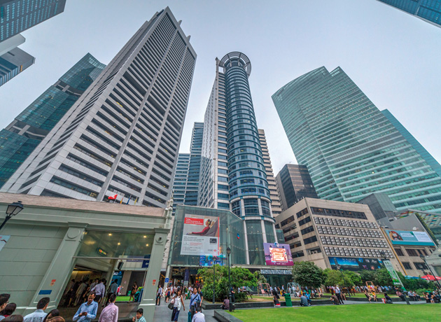 MRTの駅を出て眼前に開ける超高層ビル群は、シンガポール経済発展の象徴だ
