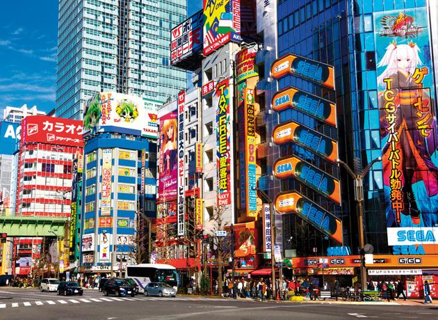 日本最大の電気街である秋葉原は、世界各国から人々が押し寄せる観光名所でもある