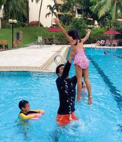 プールに遊びに行った際の一コマ。年中行けるのは常夏のシンガポールならでは