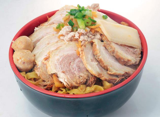 平たい麺の食感がたまらないミーポック