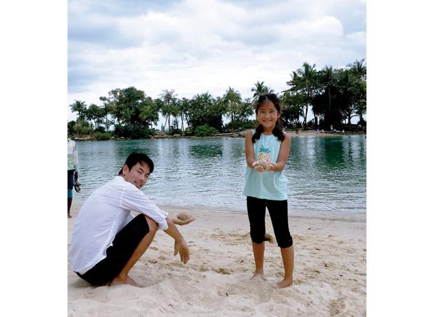 ビーチで一緒に砂の団子作りに熱中