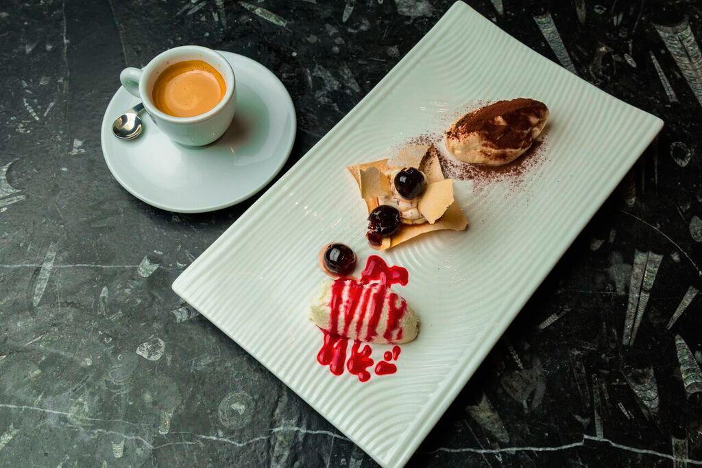 ランチメニューより、日替わりデザートにコーヒーか紅茶が付く「CAFFE`CON DOLCE」(S$10)