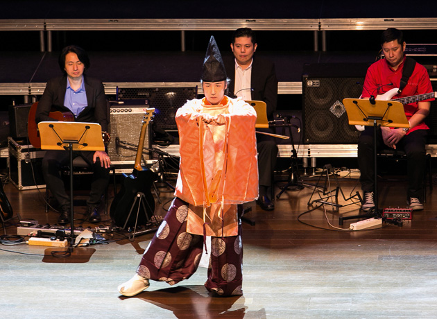 雅楽の衣装に身を包んだ東儀秀樹さんのステージで始まったコンサート。神聖なムードに全体が包まれた