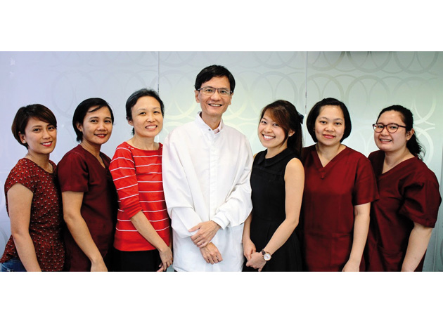 リム・ホンメン医師(写真中央)とオードリー・タン医師(左から3人目)は矯正歯科医療のスペシャリスト
