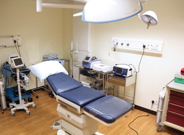 クリニック内には専門の医療機器が整った治療室を備える