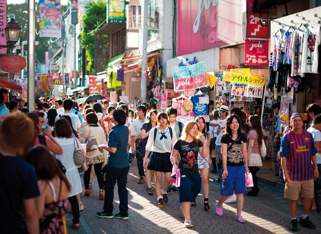 原宿駅からまっすぐ伸びる竹下通りはポップカルチャー発祥の地としても常に注目の場