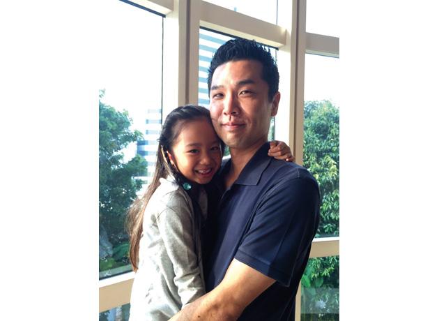 娘・佳音ちゃんと藤山さん。毎朝家から幼稚園までの2 人だけの時間は、 子のコミュニケーションタイムでもある